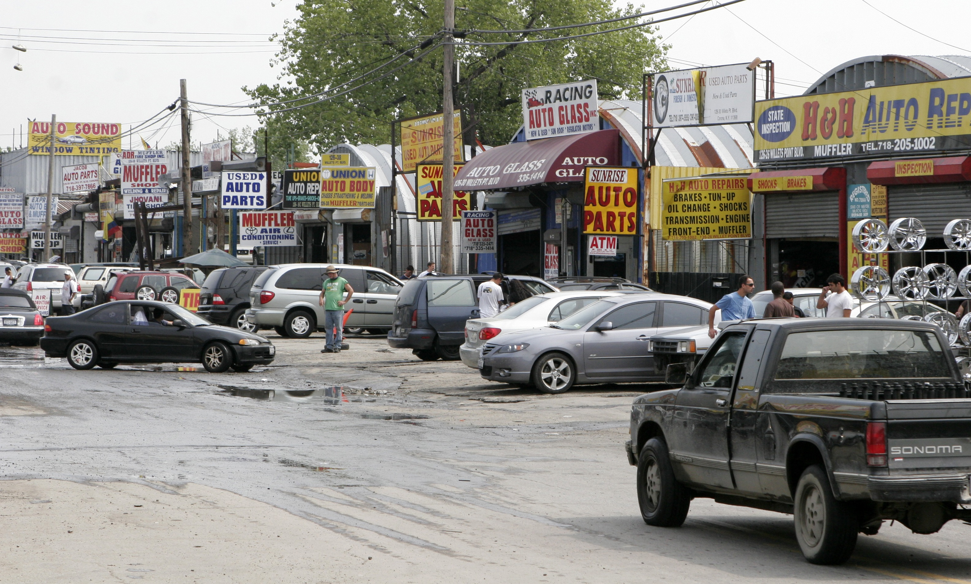 Willets Point auto shop owners settle suit with city, moving to Bronx: report