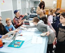 Volunteers from The Young Israel of Queens Valley synagogue organize 1,500 donated books for children